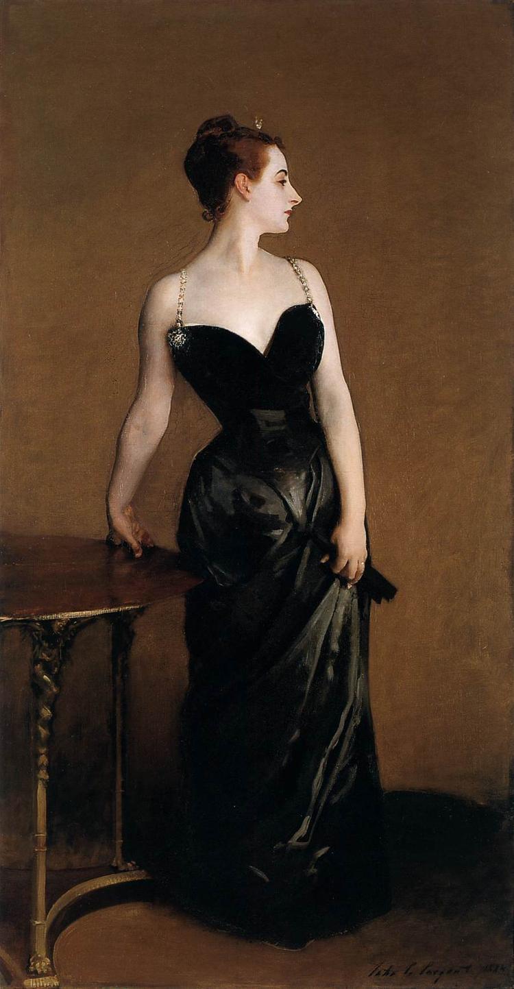 Madame X quyến rũ trong chiếc đầm đen tuyệt mỹ