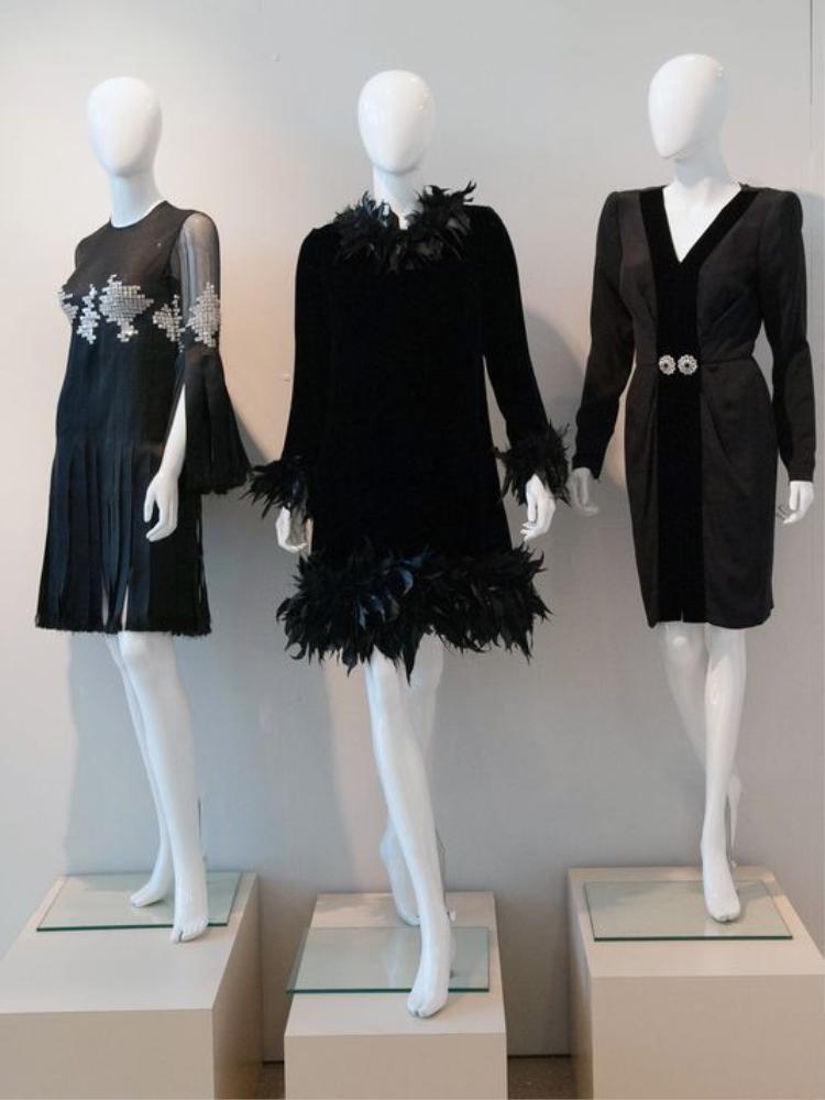 """Những chiếc đầm đen từ những năm 70 thế kỉ 20 được trưng bày trong dịp triển lãm """"Little Black Dress: Through the Decades"""" tại Mỹ."""