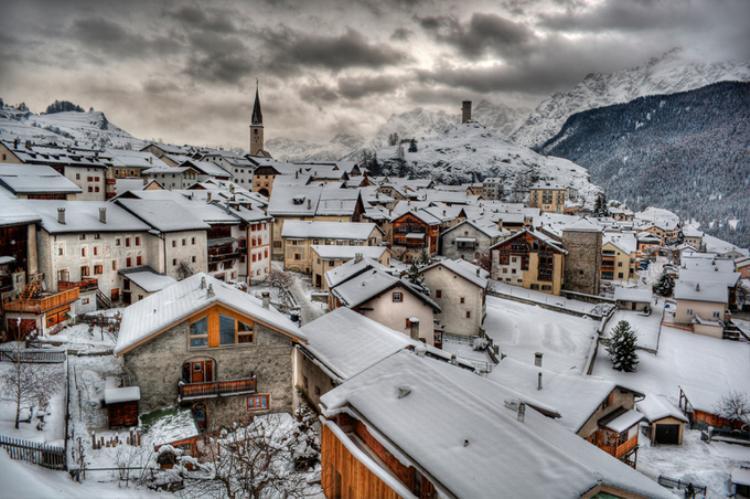 Ardez(Thụy Sĩ) nằm giữa một thung lũng được bao quanh bởi các dãy núi hùng vĩ. Nếu bạn muốn một kỳ nghỉ lãng mạn ở Thụy Sĩ, hãy đến Ardez để tận hưởng không khí đó.