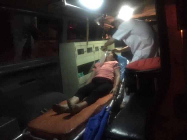 Người bị thương được đưa đi cấp cứu.