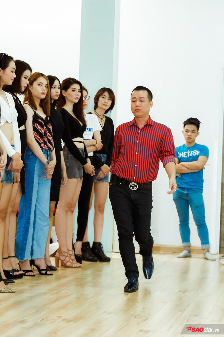 Chuyên gia trực tiếp thị phạm cho thí sinh 3 phong cách trình diễn gồm: trình diễn với trang phục thường, trình diễn với phong cách bikini và trình diễn với lụa (đối với nữ), áo dài (đối với nam).