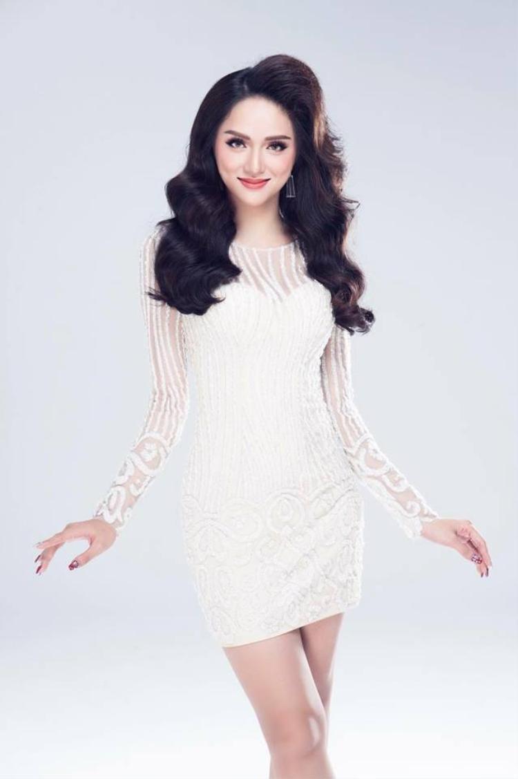 Chẳng hề xa lạ, chiếc váy quen thuộc này được Hương Giang diện trong bộ ảnh thời trang trước khi lên đường tham gia Hoa hậu chuyển giới tại Thái Lan.