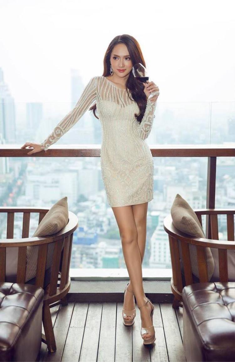 Như đã tuyên bố trong chuyến trở lại Thái Lan lần này, Hoa hậu Hương Giang đem theo bên mình những thiết kế hầu hết nằm trong các bộ sưu tập trước đây của các nhà thiết kế quen thuộc từng đồng hành vớ cô.