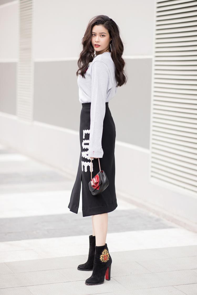 Trương Quỳnh Anh biết cách kheo khéo đôi chân trong mẫu váy xẻ tà thêu chữ L.O.V.E tương phản màu sắc.