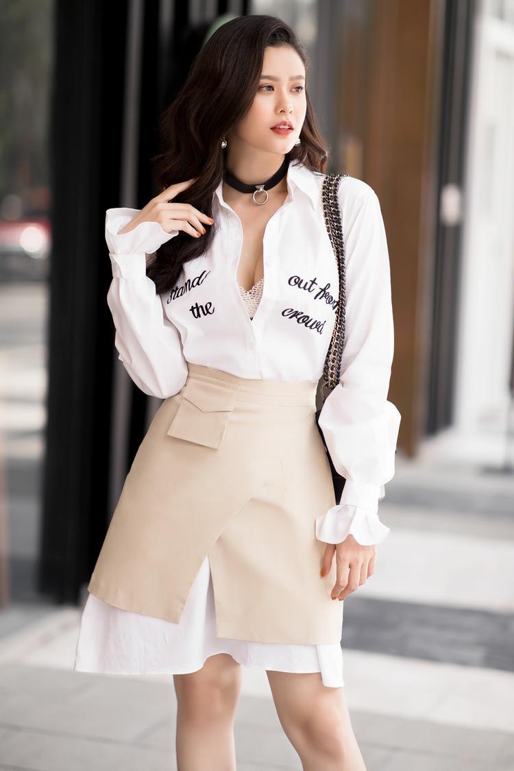 Người đẹp sành điệu, gợi cảm trong mẫu áo sơ mi thêu slogan với cúc áo được buông hờ hững.