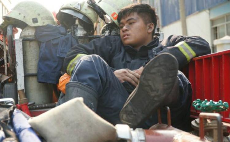 Một số hình ảnh xúc động khác về lính cứu hỏa trong vụ cháy chung cư Carina.