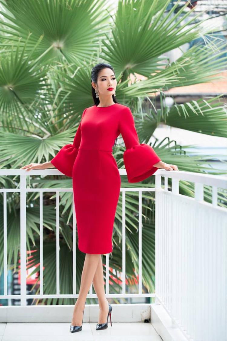 Có thể thấy, màu đỏ khá phù hợp với nhan sắc, vóc dáng và làn da của Hoàng Thùy, nên việc cô khai thác mảng màu này được xem như là vũ khí tối ưu giúp chân dài nổi bật khi tham gia các sự kiện.