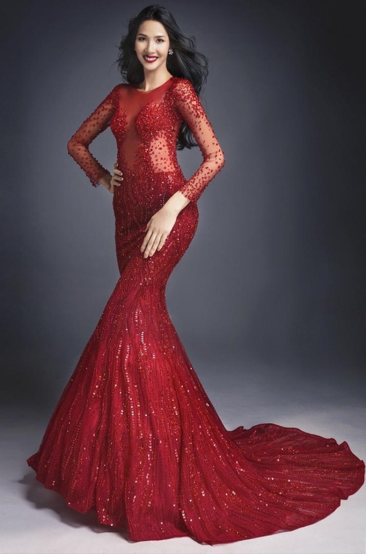 """Nếu như H'Hen Niê là hoa hậu """"cuồng si"""" với sắc trắng thì Hoàng Thùy chính là nàng á hậu """"sủng ái"""" sắc đỏ nhất Vbiz."""