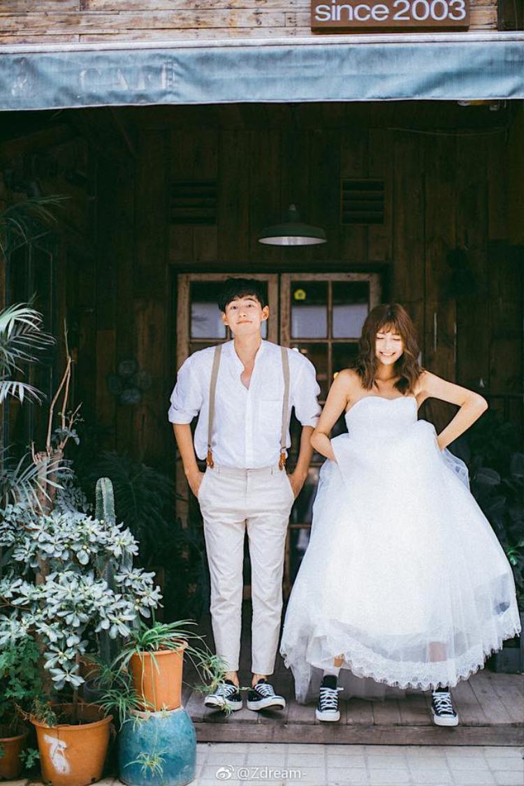 Bộ ảnh sử dụng những background hết sức giản dị, không màu mè. Cô dâu chú rể hiện lên như một cặp đôi đang chìm đắm trong tình yêu.