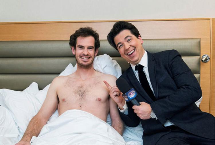 Murray chụp ảnh chung với danh hài Michael McIntyre.