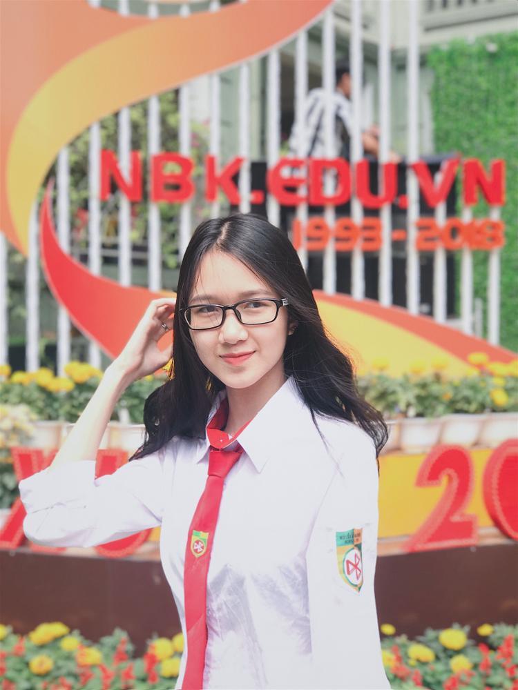 """Đinh Hoàng Việt Hà lớp 12D5 là đối thủ """"nặng ký"""" của các thí sinh năm nay bởi cô nàng có ước mơ trở thành tiếp viên hàng không này đã đạt giải triển vọng và giải nhất thi trang phục áo dài Hội thi Học sinh giỏi giang - tài năng - thanh lịch năm học 2016 - 2017."""