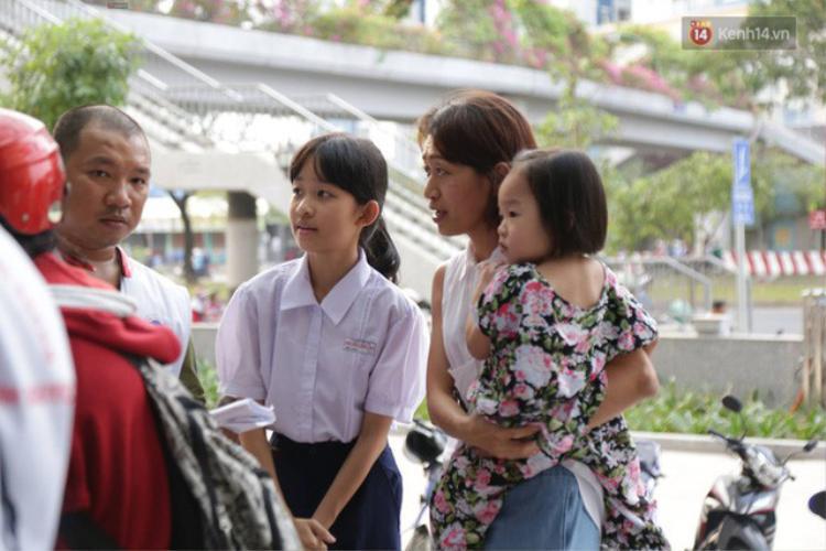 Mẹ con chị Thanh chờ xem có người nào cần giúp không.Ảnh: Trí thức trẻ.