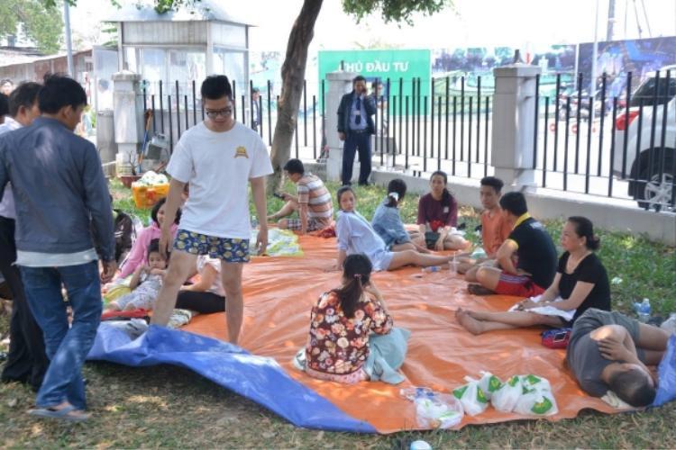 Người dân nghỉ trưa ngay ở bãi cỏ khuôn viên chung cư. Ảnh: Huy Hậu.