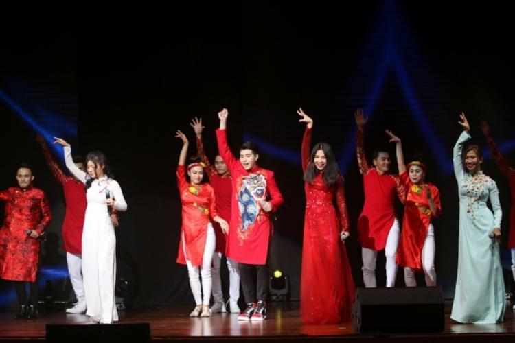 Dàn thí sinh The Voice cũng góp tay cùng HLV của mình mang đến tiết mục đậm đà bản sắc dân tộc.
