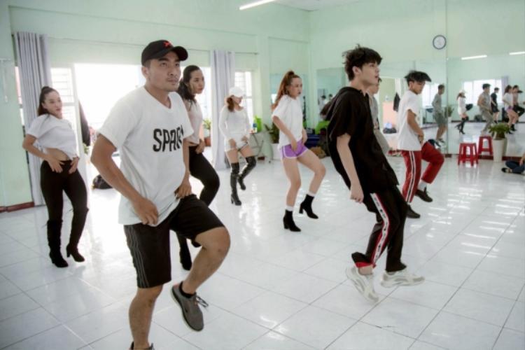 Nam ca sĩ cũng đã dành ra đến 10 ngày trước đó không nhận show chỉ để tập luyện.