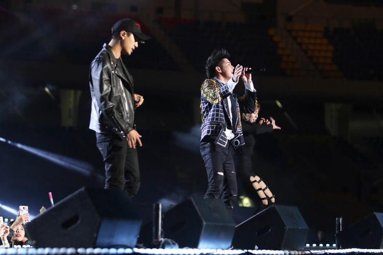 Sau phần giới thiệu và giao lưu với khán giả Hàn Quốc bằng tiếng Anh lưu loát, Noo kết hợp với rapper Basick biểu diễn hit mới I Don't Believe In You lần đầu tiên trên sân khấu Asia Song Festival.
