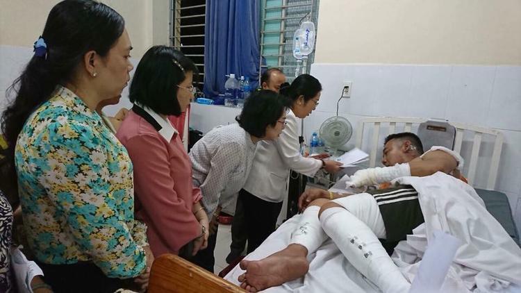 Hình ảnh anh Thanh Tuấn đang được sơ cứu trong bệnh viện, nhiều người đã đến hỏi thăm anh. Ảnh: Lập Lập.