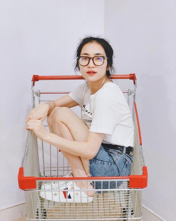 """Có vẻ như Hòa Minzy đã nghĩ ra được cách pose dáng """"ngàn like"""" mới, đó là chui vào xe đựng đồ ở siêu thị mà chụp ảnh. Tạo dáng thì trông nhắng nhít, trẻ con thế chứ chị cả gia đình hoa dâm bụt nhất định không chịu bỏ qua đôi giày đạp gót đình đám trị giá gần 20 triệu đồng thuộc thương hiệu Gucci đâu."""
