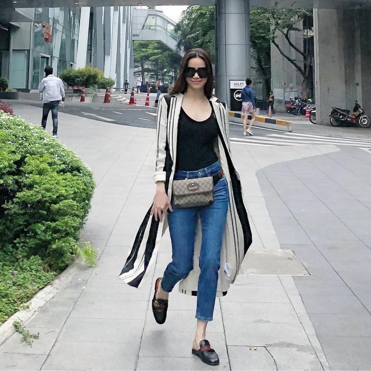 Hồ Ngọc Hà tiếp tục thể hiện đẳng cấp của một tín đồ thời trang thực thụ. Cô chọn áo choàng kẻ sọc cùng giày loafer của Gucci để nhấn nhá cho set đồ đơn giản.