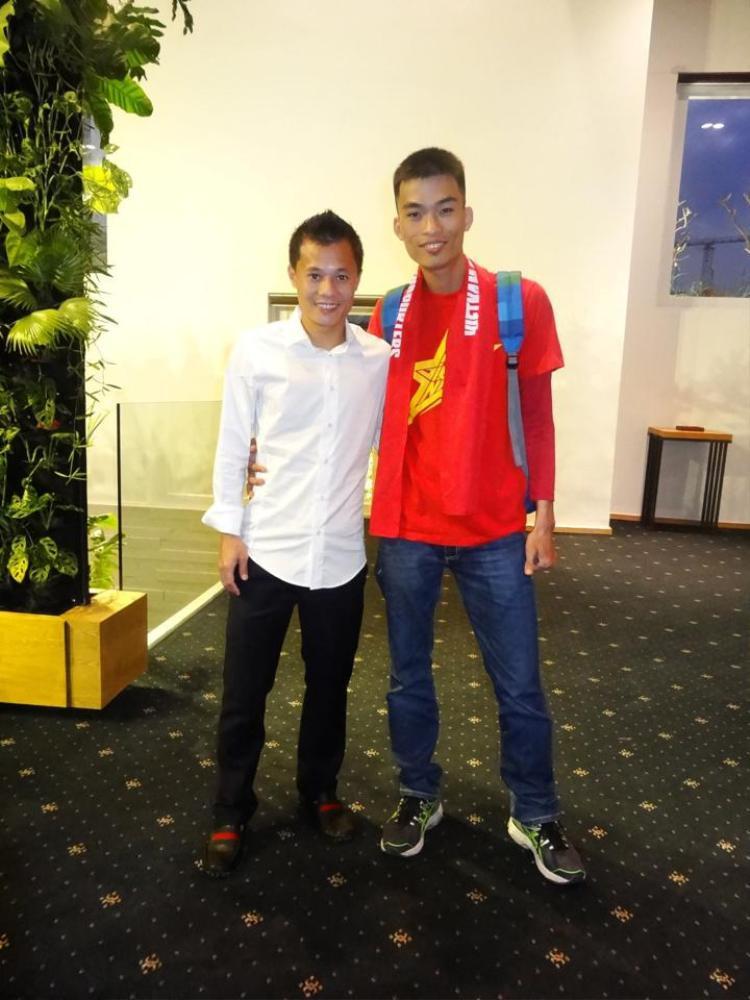 Trần Sỹ Hoàng (phải) - CĐV Sông Lam Nghệ An và của bóng đá Việt.