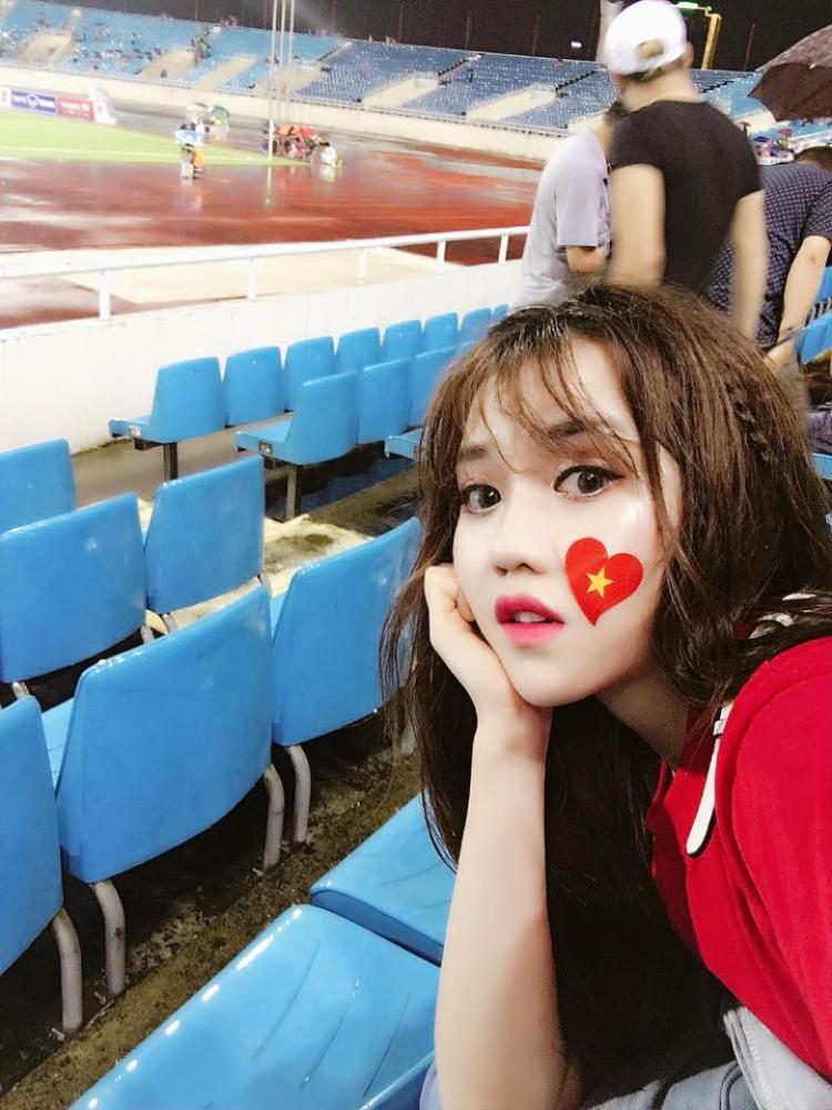 Hot girl bóng đá Thùy Dùng.