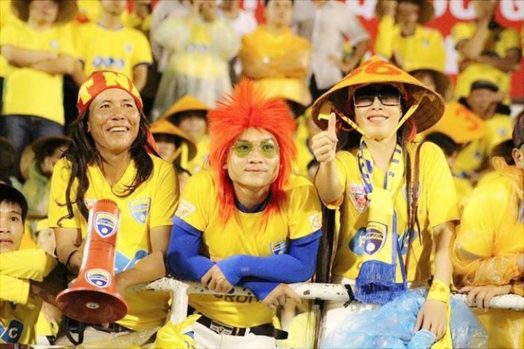 Ông Mai Đình Thành (Hội CĐV Thanh Hóa, bìa trái) có biệt danh Thành Loa bởi lúc nào cũng mang loa đi cổ vũ bóng đá.