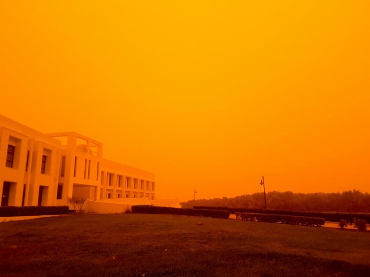Sở dĩ có hiện tượng đặc biệt này là do hòn đảo bị ảnh hưởng từ trận bão cát tại sa mạcSahara. Ảnh:BAYMEDIA