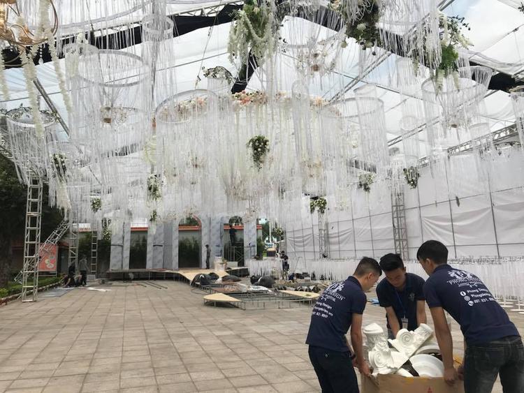 Nhân viên đơn vị tổ chức gấp rút hoàn thành việc chuẩn bị tổ chức tiệc cưới