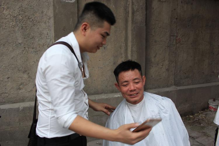 Nhiều người dân rất hài lòng với kiểu tóc mới của mình.