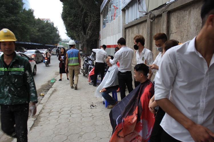 Tiệm cắt tóc miễn phí trên vỉa hè đường Kim Mã.