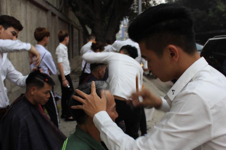 Việc cắt tóc miễn phí vừa giúp các học viên nâng cao tay nghề vừa có thể giúp được những bạn sinh viên, lao động nghèo tiết kiệm được chi phí cắt tóc.