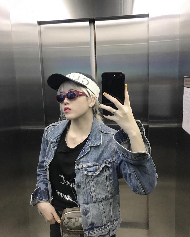 Diện áo khoác jeans, Thiều Bảo Trâm đem đến cái nhìn chất, ngầu khi xuống phố. Cô nàng cũng không quên phối thêm các phụ kiện đắt giá như nón và túi fanny pack của Gucci để tăng phần nổi bật.