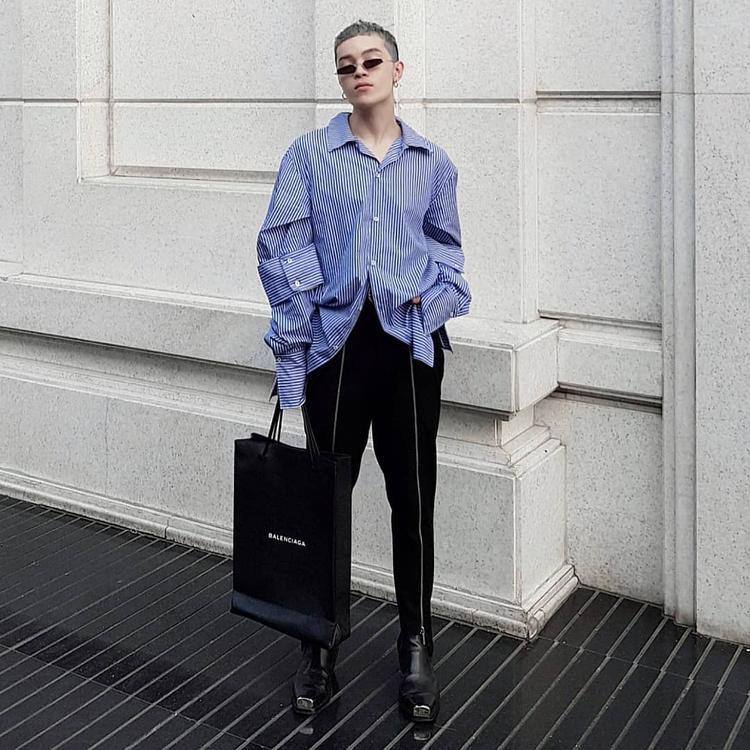 Hiếm hoi không diện trang phục tông màu trung tính, Kelbin Lei lựa chọn xuống phố với áo sơ mi phom rộng đi cùng với quần ôm, giúp cân bằng lại tỷ lệ cơ thể.