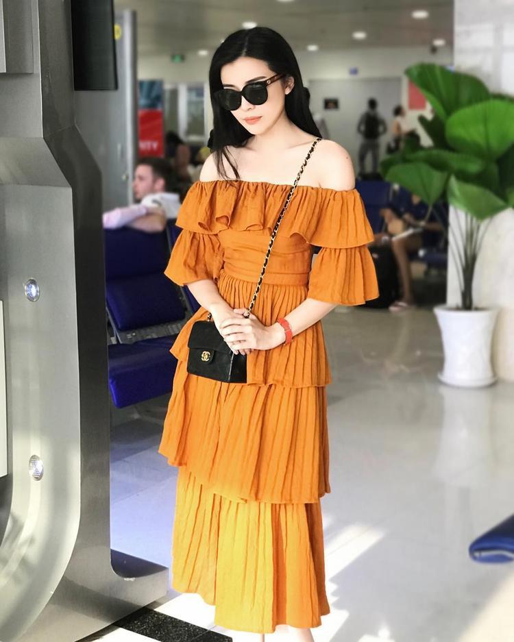 Cao Thái Hà nhanh chóng bắt mốt trang phục màu vàng của mùa hè năm nay. Nữ diễn viên lựa chọn chiếc váy trễ vai đơn giản, kết hợp cùng túi Chanel và kính mát cùng tông nhằm tạo điểm nhấn cho bộ trang phục.