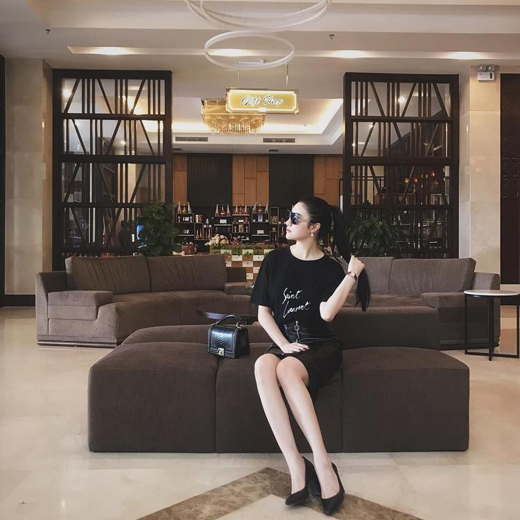 Hạnh Sino thể hiện thần thái sang chảnh với áo phông Saint Laurent cùng chân váy da ôm, kế bên nữ ca sĩ là sự hiện diện chiếc túi da trăn Chanel đắt đỏ, khiến bao cô nàng thèm muốn.