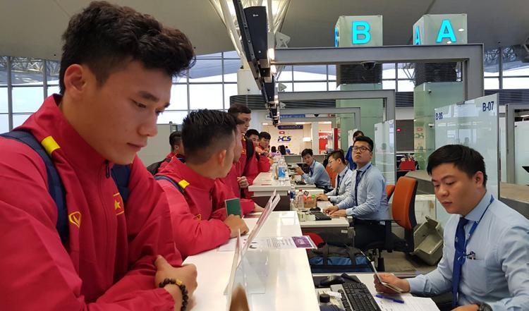 Tuy nhiên, do phải mất thời gian làm thủ tục visa tại cửa khẩu cho tất cả các thành viên của đội (vì tại Việt Nam không có đại sứ quán hay lãnh sự quán Jordan) cũng như lấy hành lý, nên phải đến 21h30 tối cùng ngày thầy trò HLV Park Hang Seo mới về tới khách sạn Arena Space- nơi đóng quân của đội tuyển tại Jordan.