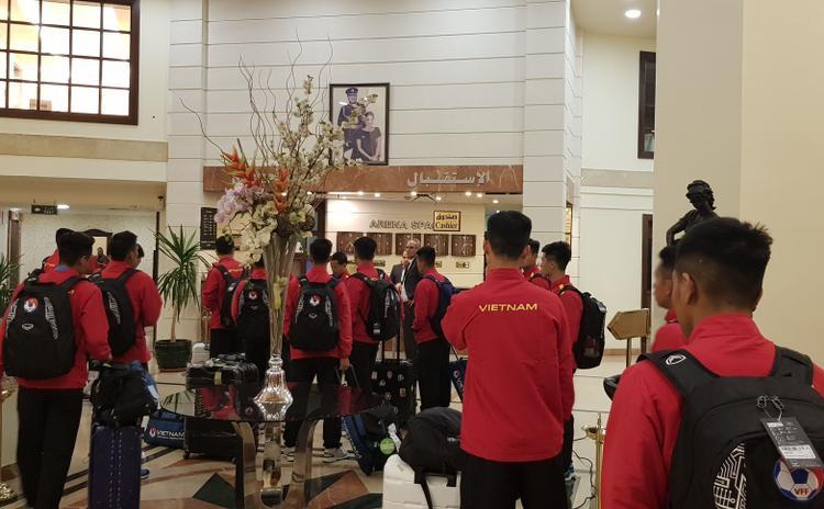 Sáng nay (25/3), các cầu thủ chỉ tập thể dục thư giãn gân cốt và tiếp tục nghỉ hồi phục tại khách sạn. 16 giờ chiều cùng ngày (21h, giờ Việt Nam), đội sẽ bước vào buổi tập đầu tiên tại Jordan.