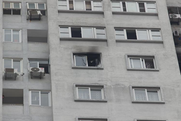 Cửa sổ căn phòng bị cháy vỡ tung tóe (ảnh: Vietnamnet)