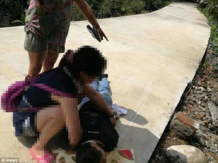 Ông Xie bị thương nghiêm trọng, nằm bất tỉnh trên đường. Ảnh Inews