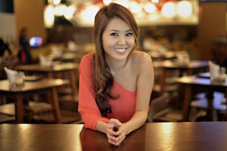 Tay Kewei là nữ ca sĩ nổi tiếng người Singapore.