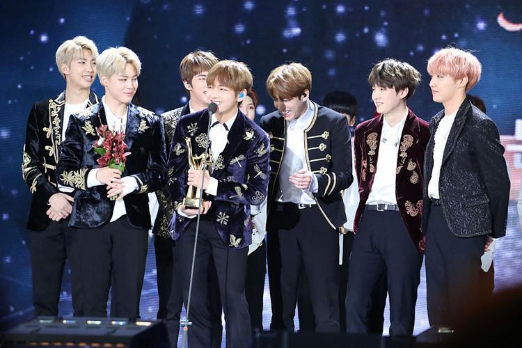 Một tin vui nữa cho người hâm mộ BTS đó là nhóm vừa ẵm giải thưởng Favorite Global Music Star tại lễ trao giải Kids' Choice Awards.