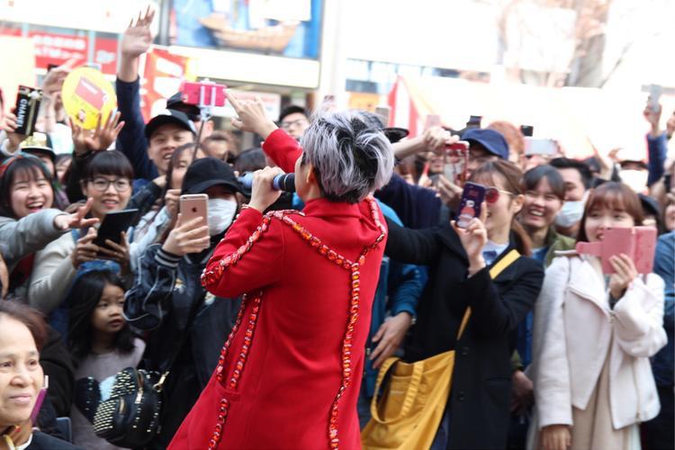 Nhiều fan đến cổ vũ cho thần tượng trong minishow diễn ra tối 24/3 và ở lại đến sáng hôm sau để tiếp tục đến ủng hộ nữ ca sĩ tại lễ hội Việt - Nhật.