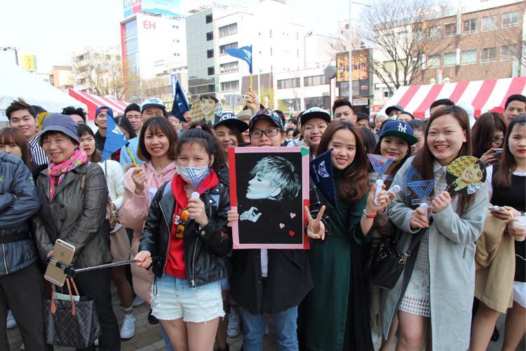 Lễ hội bắt đầu từ 11h30 (theo giờ Nhật Bản) nhưng từ 9h00 đã có khá đông khán giả đến từ cách đó 1-2 tiếng đồng hồ để chờ đợi được xem Vũ Cát Tường hát mặc dù thời gian diễn ra sự kiện này được xem là khá sớm so với giờ giấc sinh hoạt thông thường ở Nhật Bản.