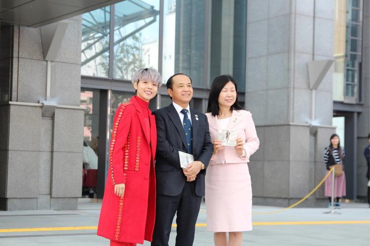 Giọng ca cũng gửi tặng đĩa Giải mã - album đầu tay đến Tổng lãnh sự quán Việt Nam tại Nhật Bản và nữ phó thị trưởng thành phố Sakai - người chủ trì Festival Việt Nam 2018.