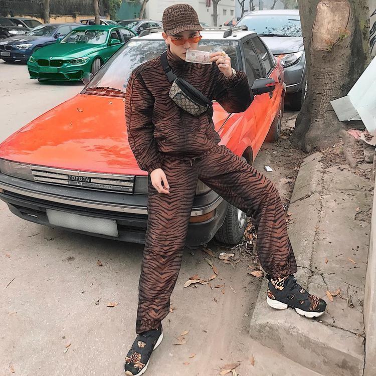 """Nếu Châu Bùi đem đến outfit nhiều sắc màu thì Decao lại chọn lựa bộ cánh với cả cây áo và quần cùng chất liệu, họa tiết da động vật. Anh chàng cũng phối phụ kiện nón và túi đeo chéo cùng tông màu để giúp phần nhìn không bị """"làm quá""""."""