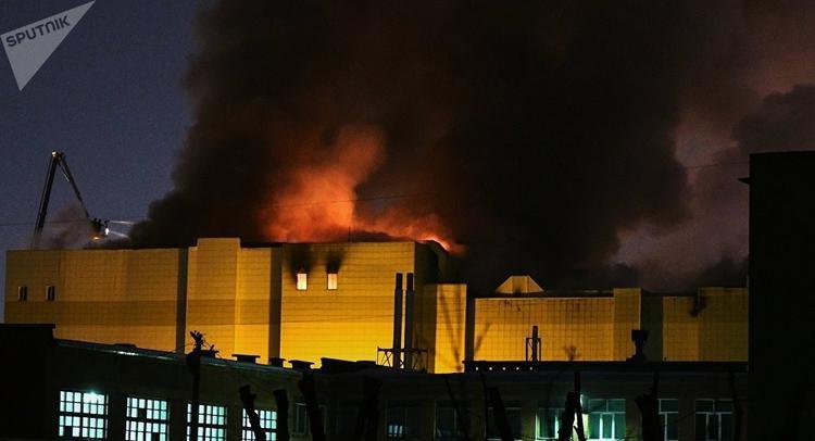 Những cột khói đen bao trùm cả trung tâm thương mại. Ảnh Sputnik
