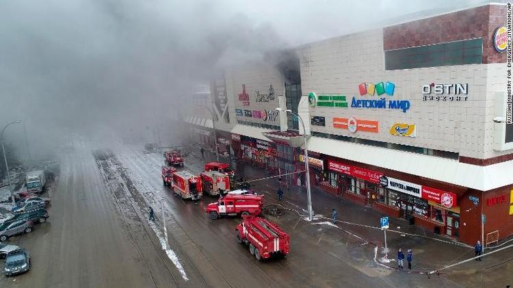 Lực lượng cứu hỏa đang chữa cháy. Ảnh AP
