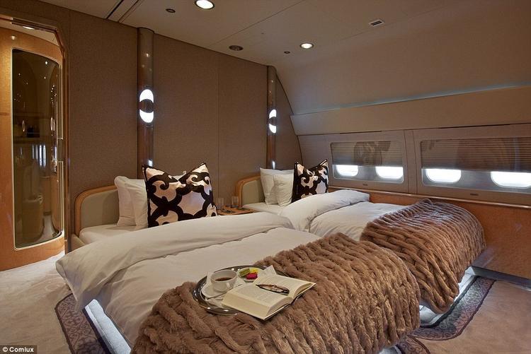 Phòng ngủ cũng tiện lợi và sang trọng không kém gì ở nhà. Ảnh: Comlux