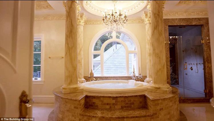 Phòng tắm kiểu quý tộc. Ảnh: The Building Inc