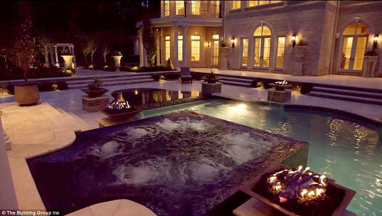 Những chiếc bát lửa xa xỉ xung quanh bể bơi, càng gợi không khí hoàng cung thời xa xưa. Ảnh:The Building Group Inc